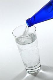 agua  mineral al desnudo