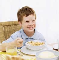 ¿Cómo deben desayunar los niños?